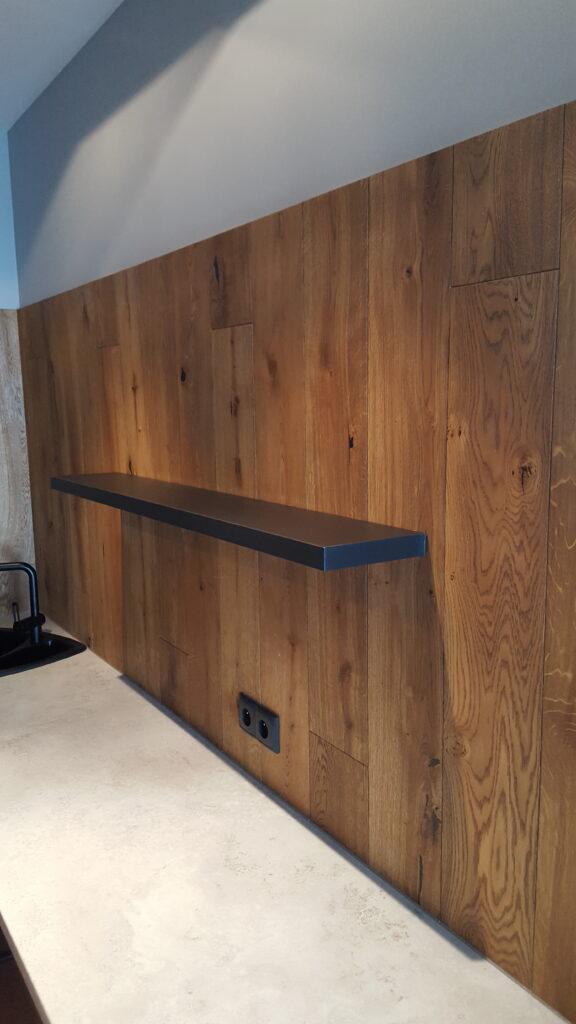 Położenie podłogi drewnianej na ścianie