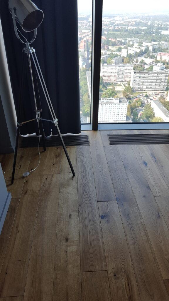 Wykonanie podłogi w jednym z apartamentów w Sky Tower